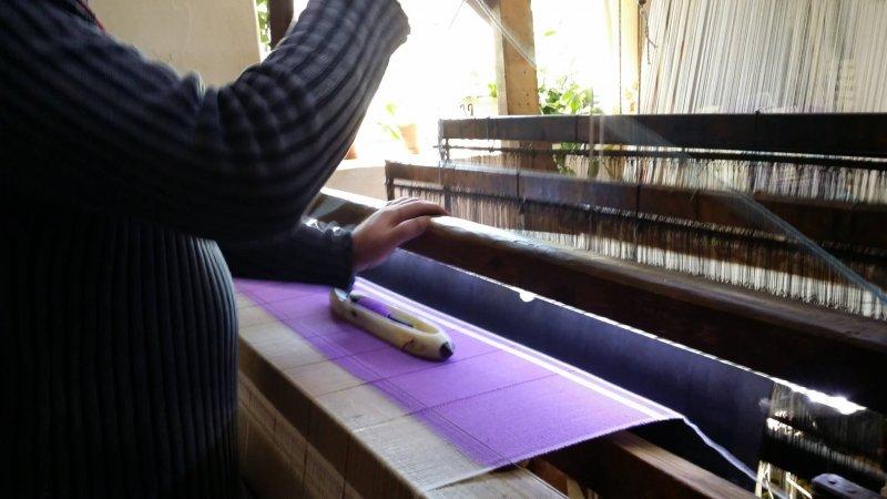A weaver creating peshtemal hammam towels